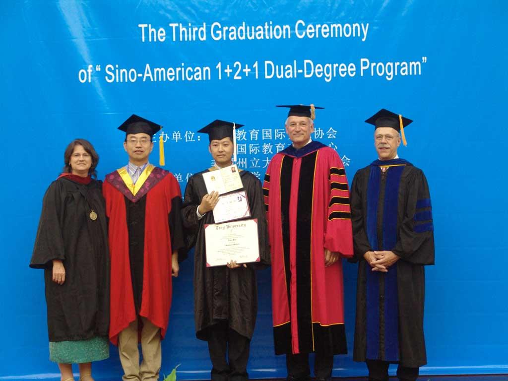 美国特洛伊大学2006年毕业生苗廷图片